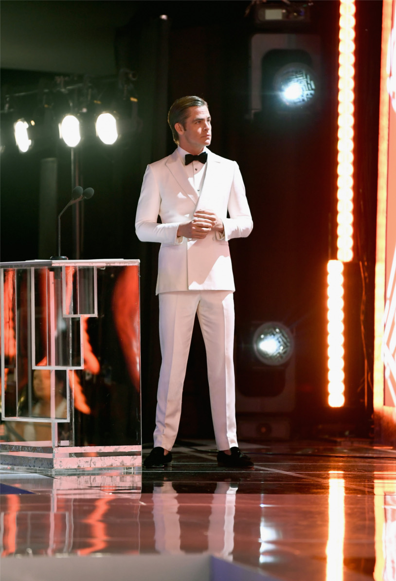 Chris Pine wears the Officialito black shoes.